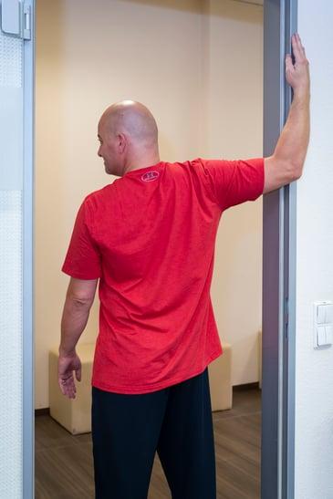 dehnübung für brust und vorderseite der schultern